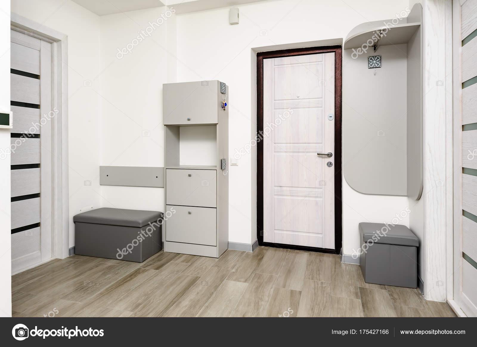 Couloir d\'appartement avec porte et placard — Photographie starush ...