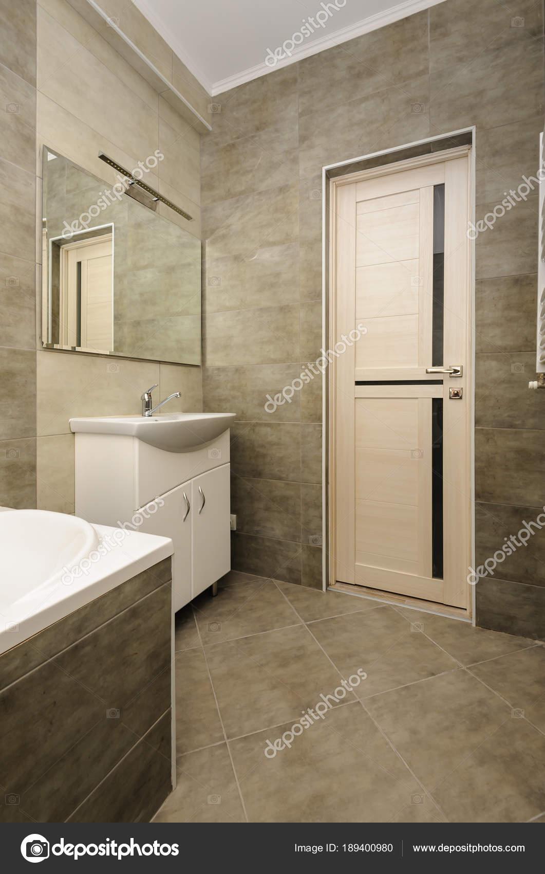 intérieur de la salle de bains moderne — Photographie starush ...