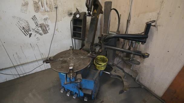 speciális gumiabroncs-felszerelési és -leszerelési berendezések a gumiabroncs-szervizgarázsban