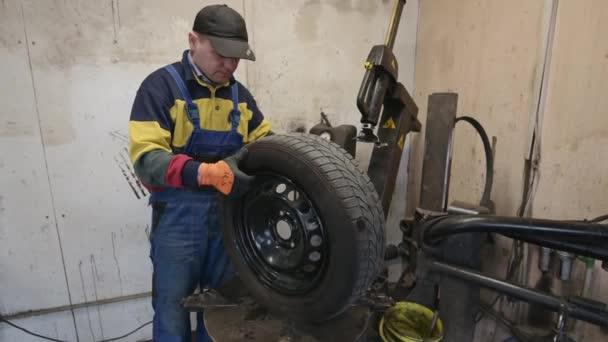 technikus ellenőrzi a kerék kerekét a garázsban.