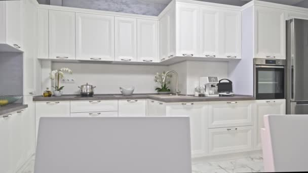 Moderní bílý neoklasicistní interiér kuchyně