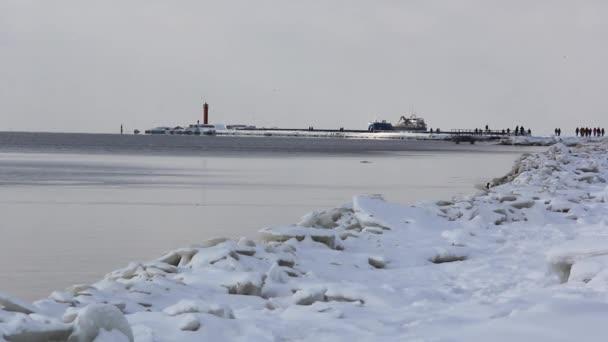 Logistik und Transport Frachtschiff mit Häfen Kranbrücke kommt in Hafen und Transportindustrie Winter sonnigen Tag in Lettland Ostsee und Fluss Daugava.