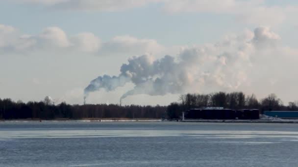 Logistika a doprava nákladní loď s porty jeřáb mostu přichází v přístavu a dopravní průmysl zimní suny den v Lotyšsku Baltském moři řeka daugava.