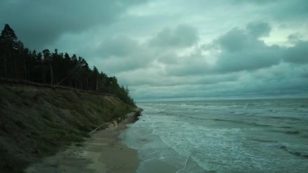 am Abend über der Ostsee jurkalne fliegen. Luftbild Lettland Jurkalne Küste Bluffs bis zu 20 Meter hoch. Flächenbombardements.