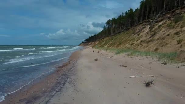 fliegen über die Küste Ostsee jurkalne Sommer sonnigen Tag. Luftbild Lettland Jurkalne Küste Bluffs bis zu 20 Meter hoch. Flächenbombardements.