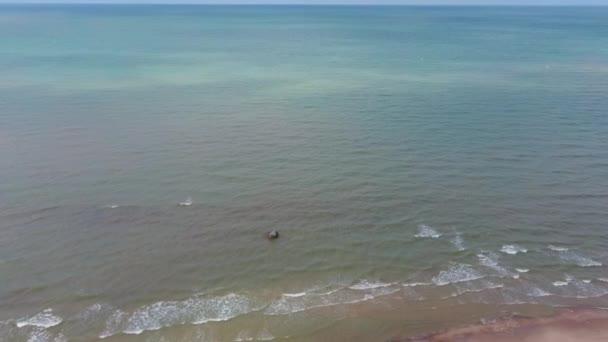 Letecký Dron Shot Baltské moře v Pavilosta, Lotyšsko. Lotyšské pobřeží Baltského moře
