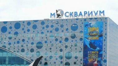 People near Moskvarium building