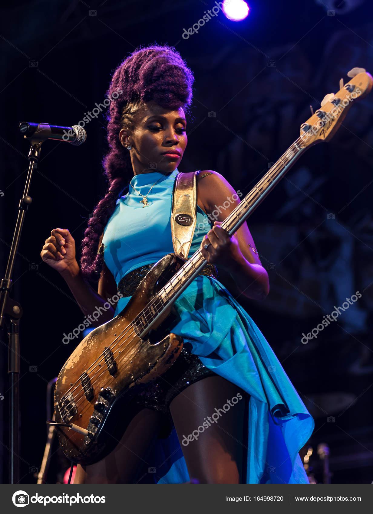 En la mayoría de los casos pequeño No se mueve  Nik West live at Nisville Jazz Festival, August 11. 2017 – Stock Editorial  Photo © wr7films@yaho.com #164998720