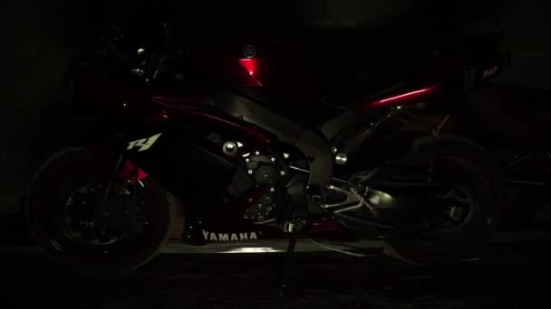 Siluetu mladých mužů biker role na motorce do garáže