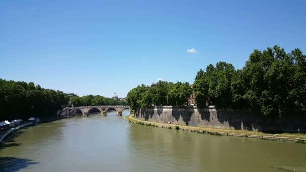 Pohled přes řeku Tiberu