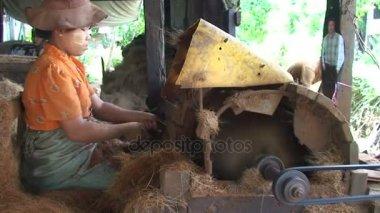 Pathein, Machine to make rope from coconut fiber