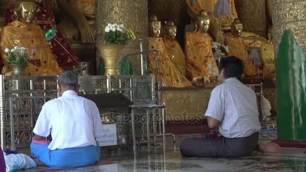 Az emberek imádkoznak, hogy Buddha szobrok