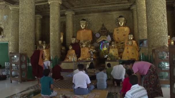 Lidé se modlí sochy Buddhy