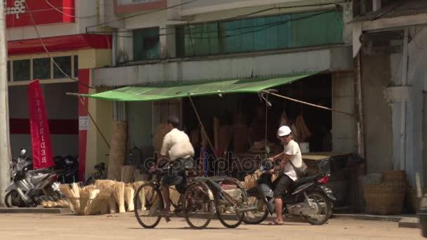 Pathein, traffic in street