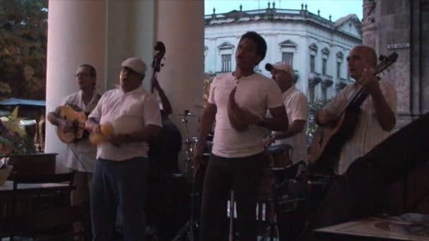 Músicos De Salsa Tocando En Terraza