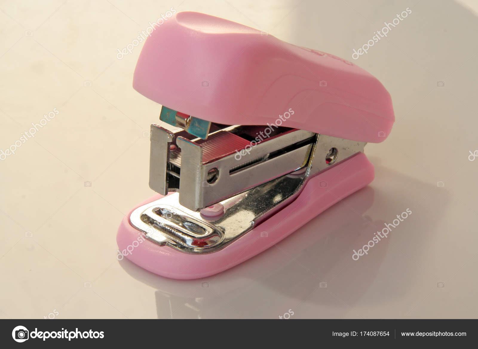 Outil de l agrafeuse rose outil de bureau rose u photographie