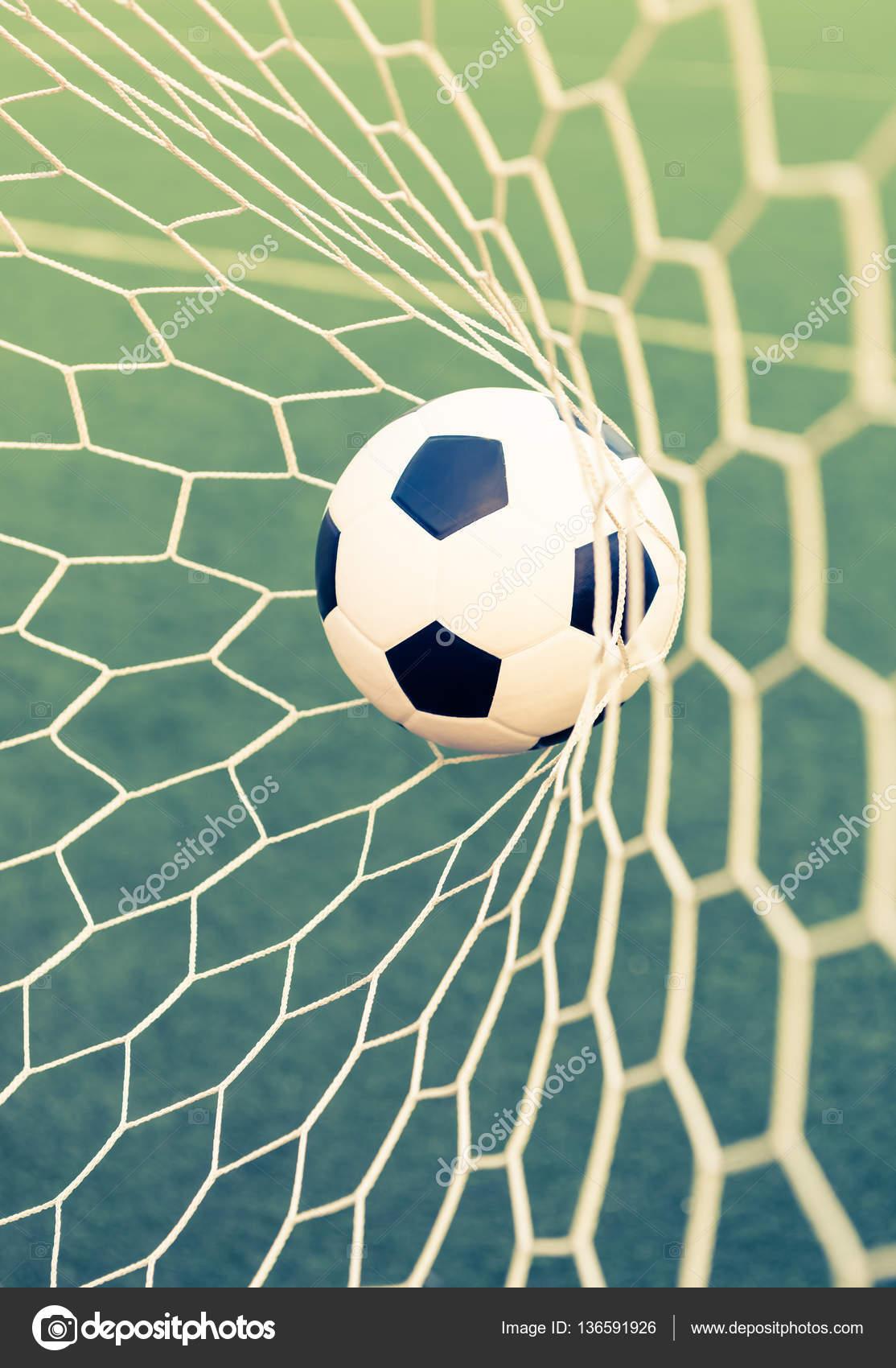 Bola de futebol no gol net com grama verde filtro vintage retr bola de futebol no gol net com grama verde filtro vintage retr fotografia de stopboris Choice Image