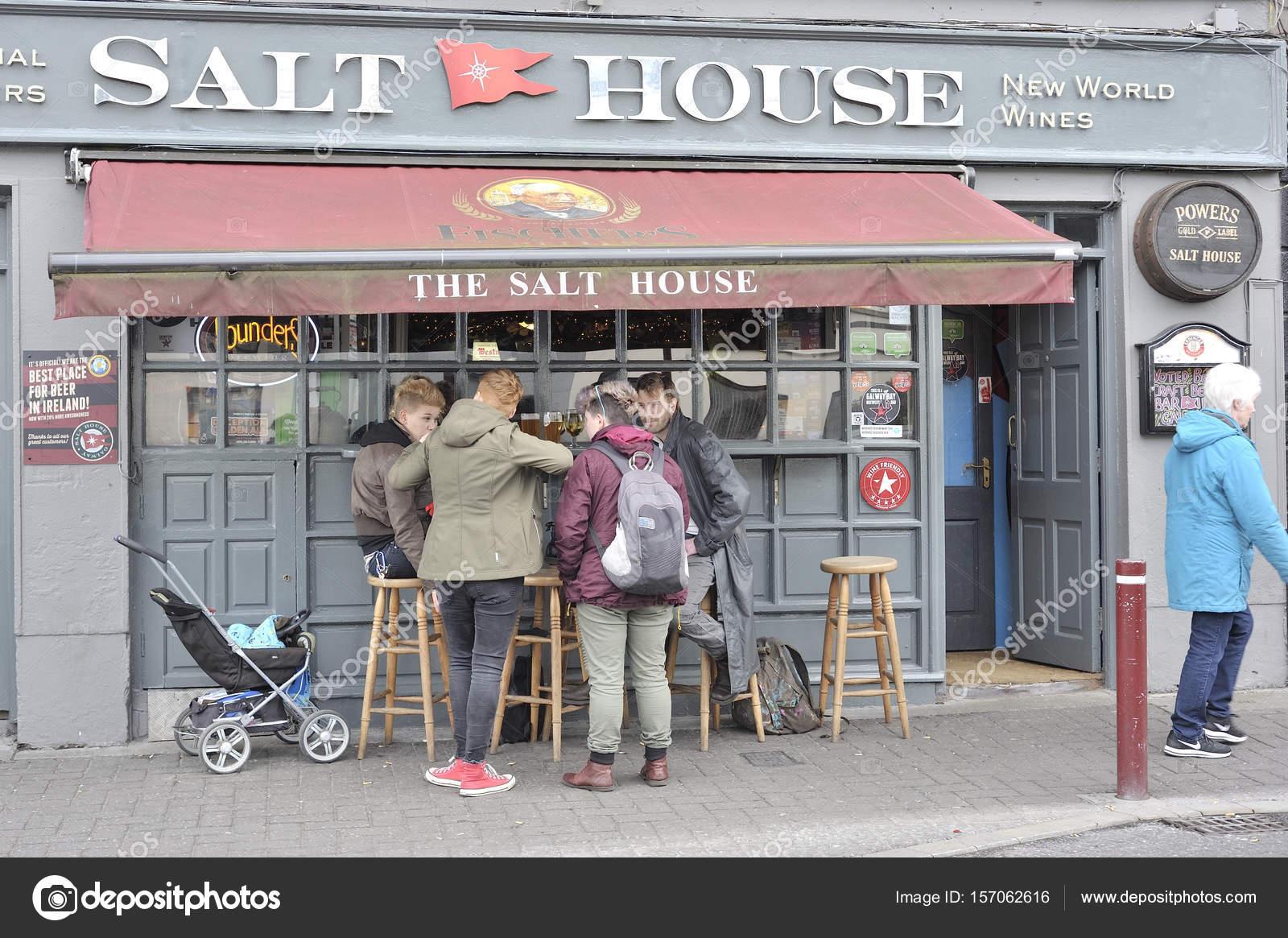 Bar casa de sal, Galway, Irlanda junho de 2017, fora da barra, um ...