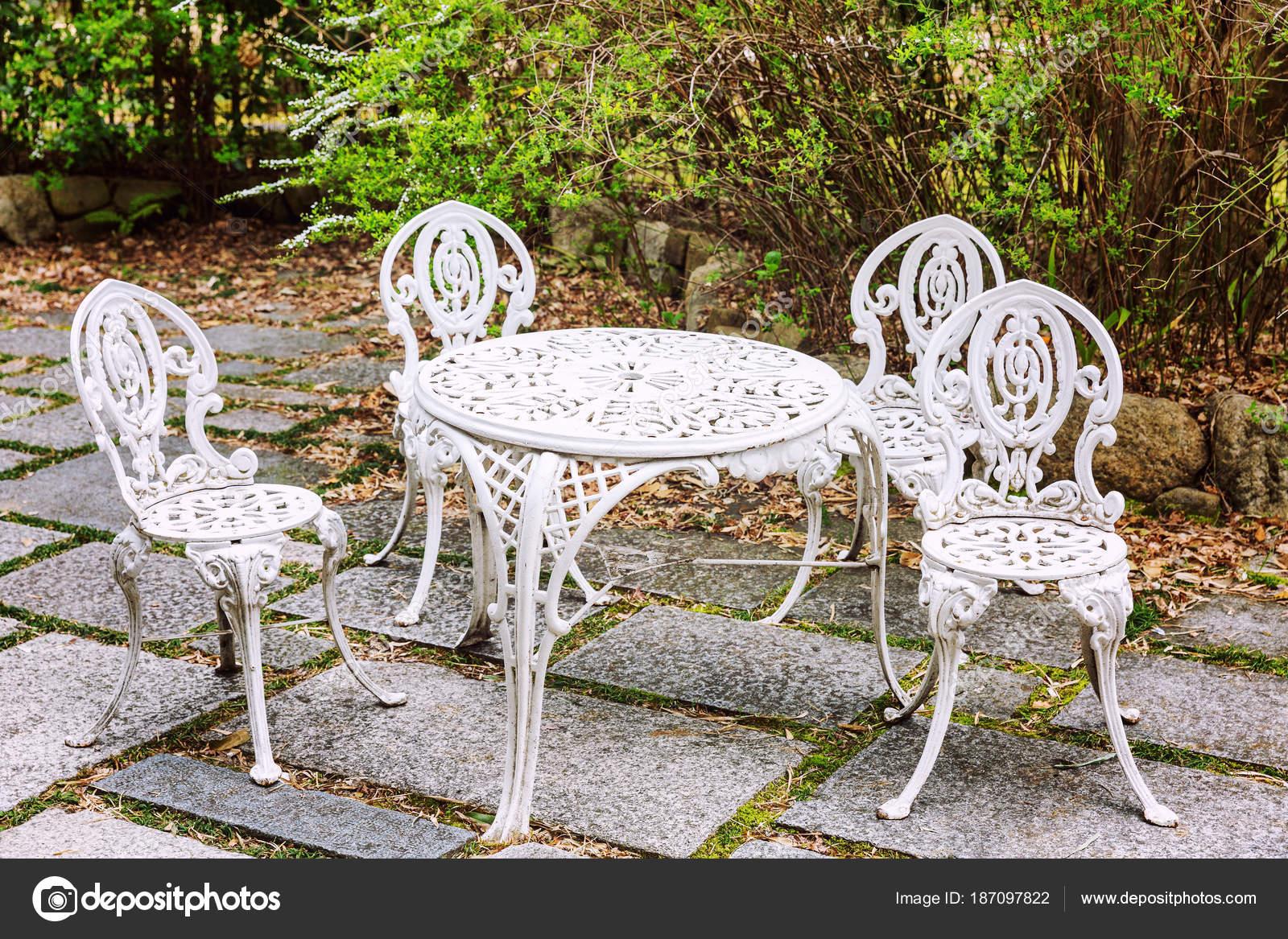 Gartenmöbel Im Garten Tisch Und Stühle Stockfoto Demanna 187097822