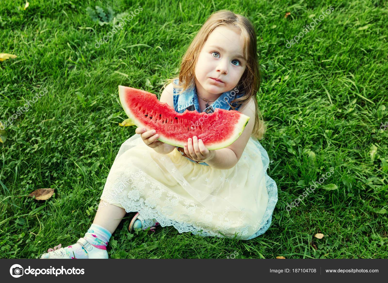 Женщина ест овощи — Стоковое фото © valuavitaly #1592005