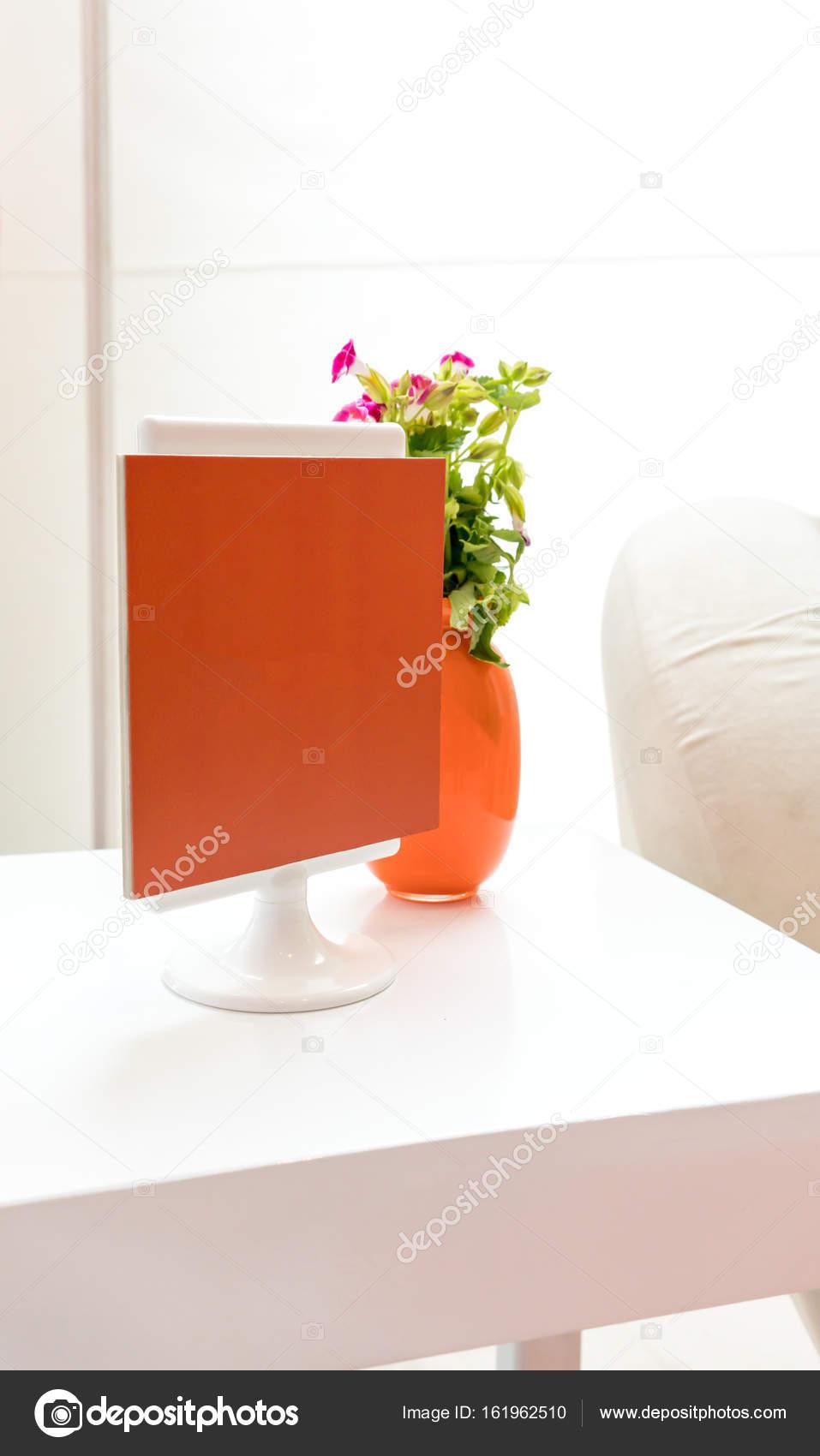 Instalación de mesa de lado decorativo con mini marco de fotos ...