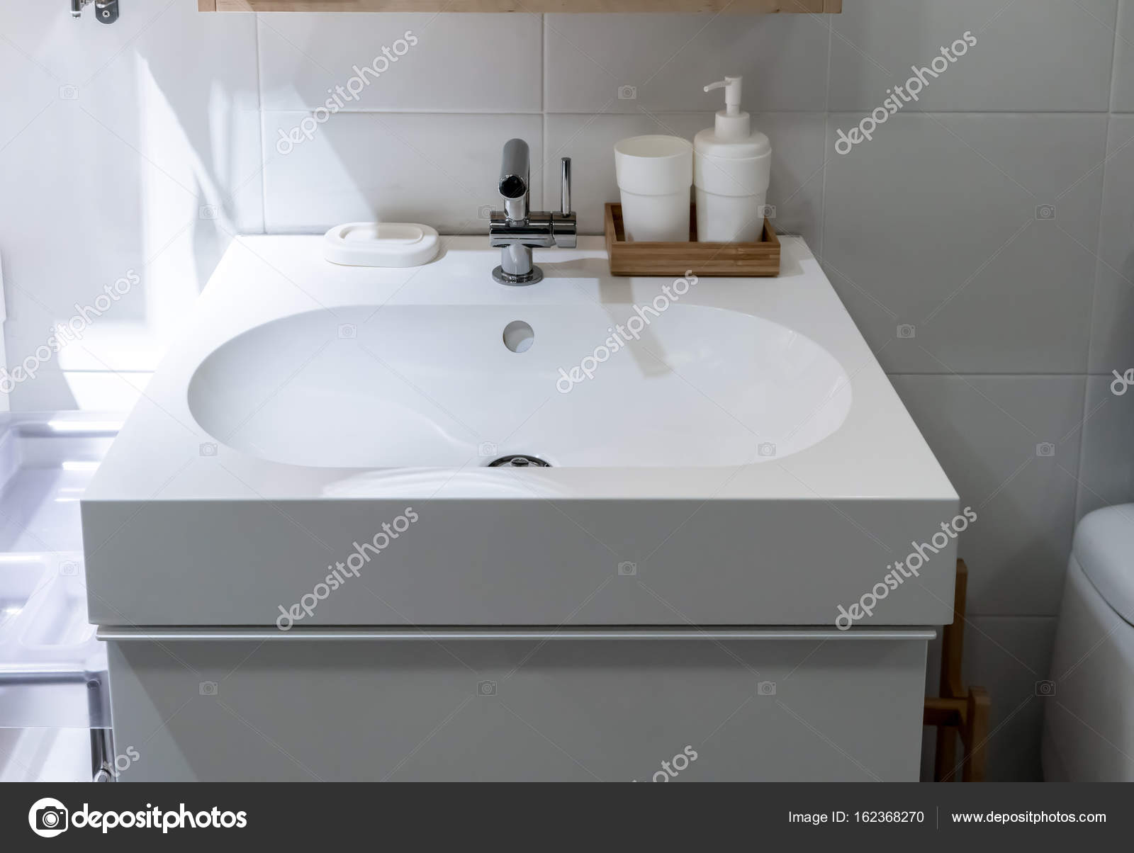 Vooraanzicht van een moderne mooie badkamer wastafel — Stockfoto ...