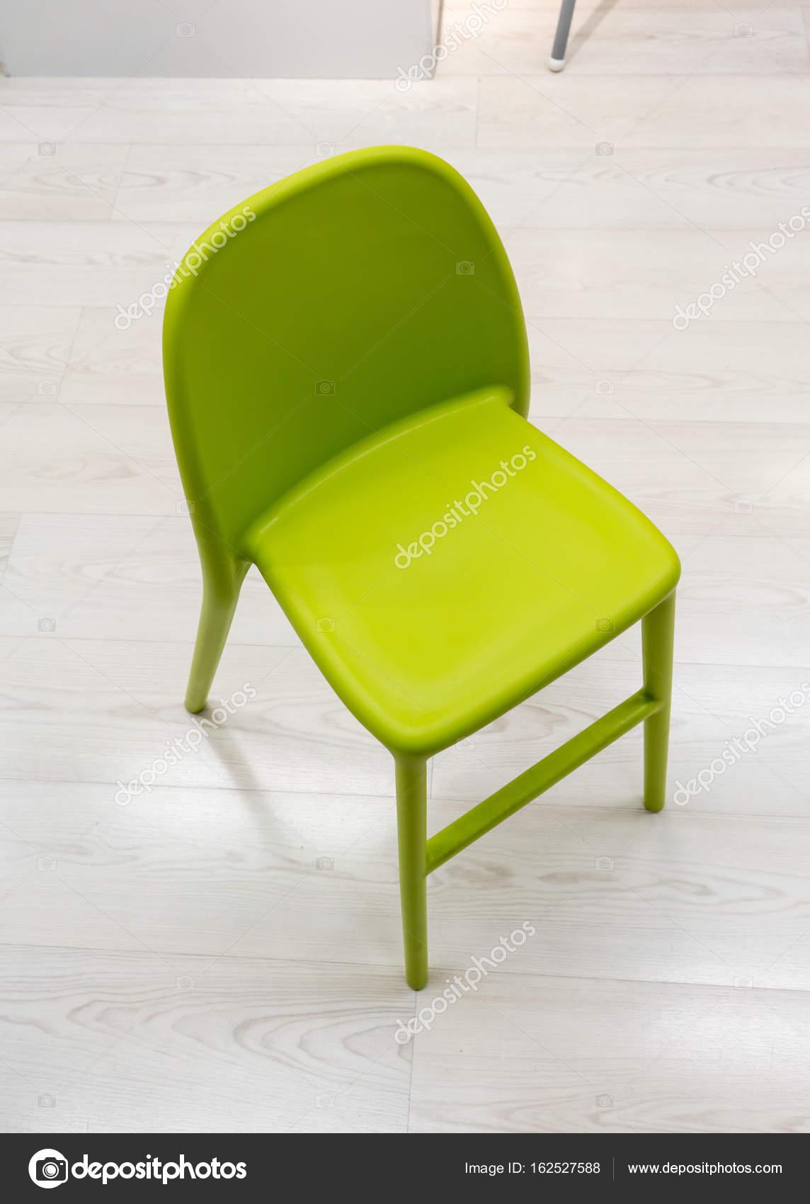 chaise design moderne en plastique vert sur plancher en bois image de v74 - Chaise Design Plastique