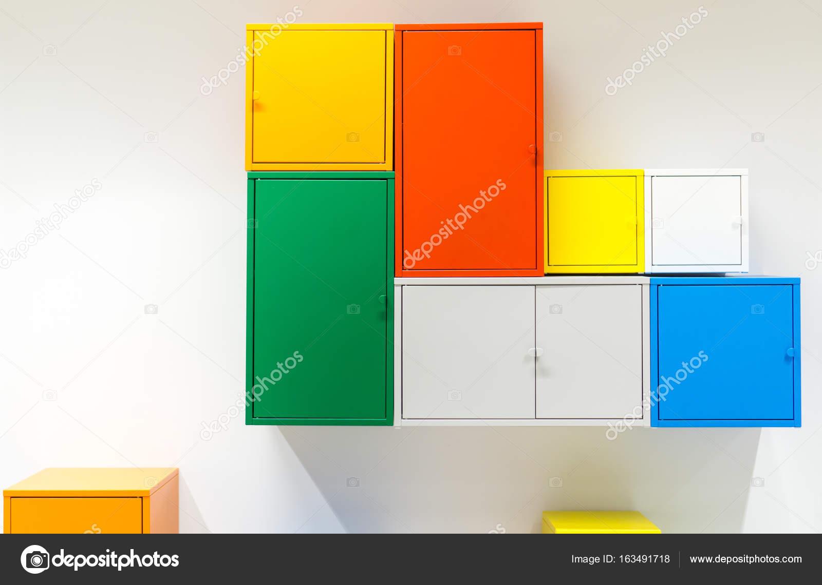 Armarios metálicos colores colgadas en pared blanca — Foto de stock ...