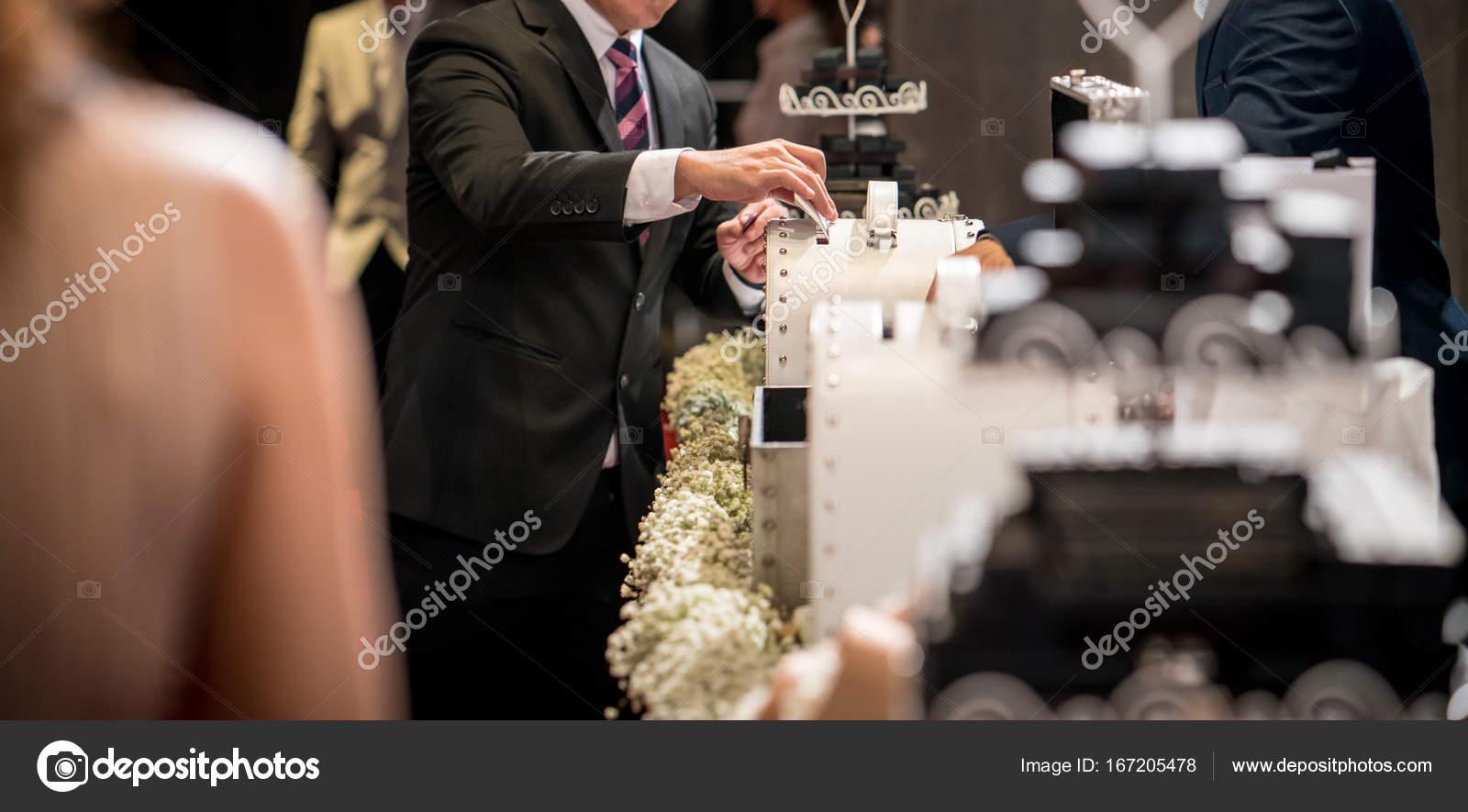 Auguri Matrimonio Uomo : Uomo di affari che mette la busta in matrimonio scatola u foto