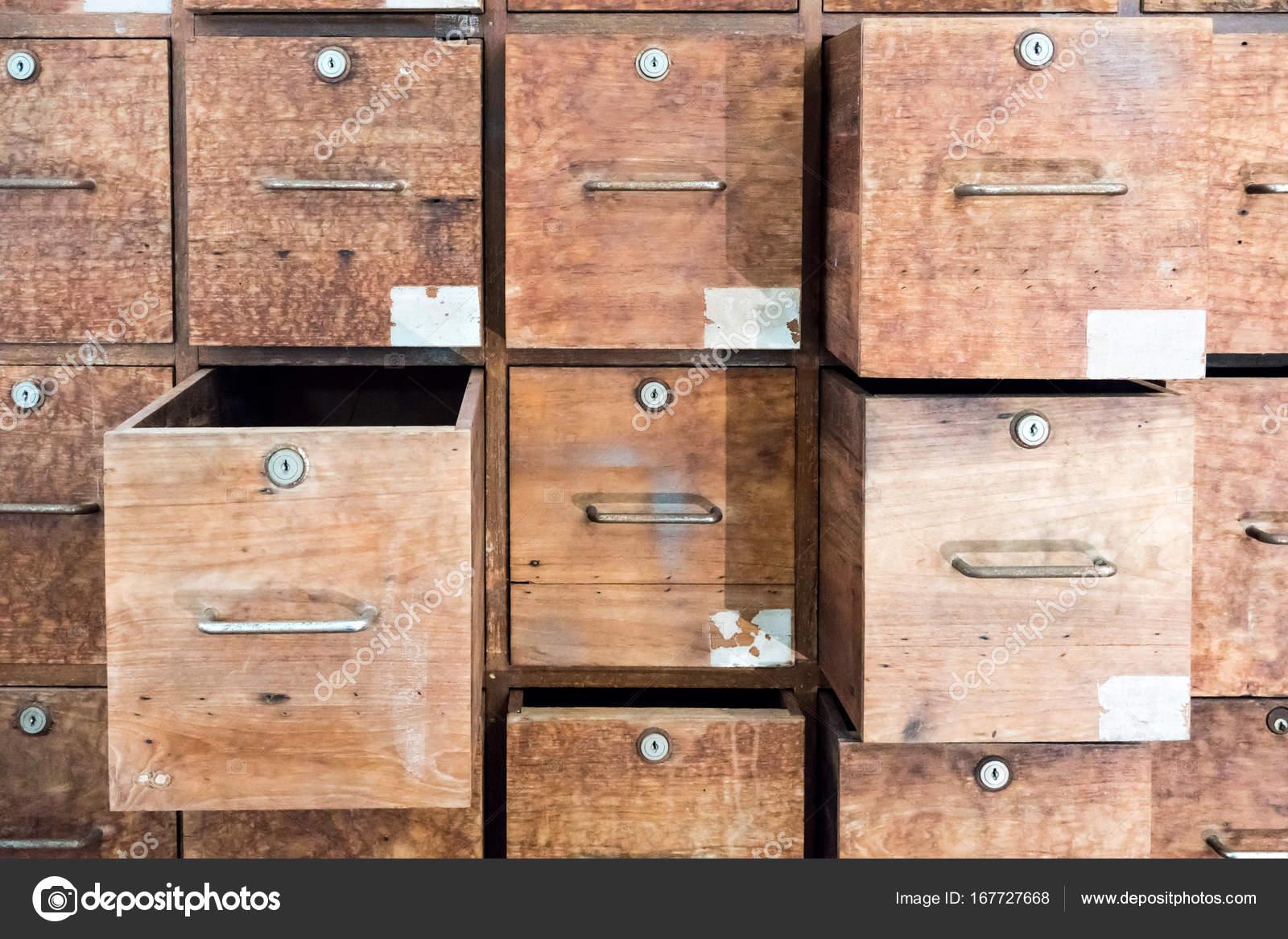 Oude Houten Kast : Oude houten kast met willekeurige geopend en gesloten laden