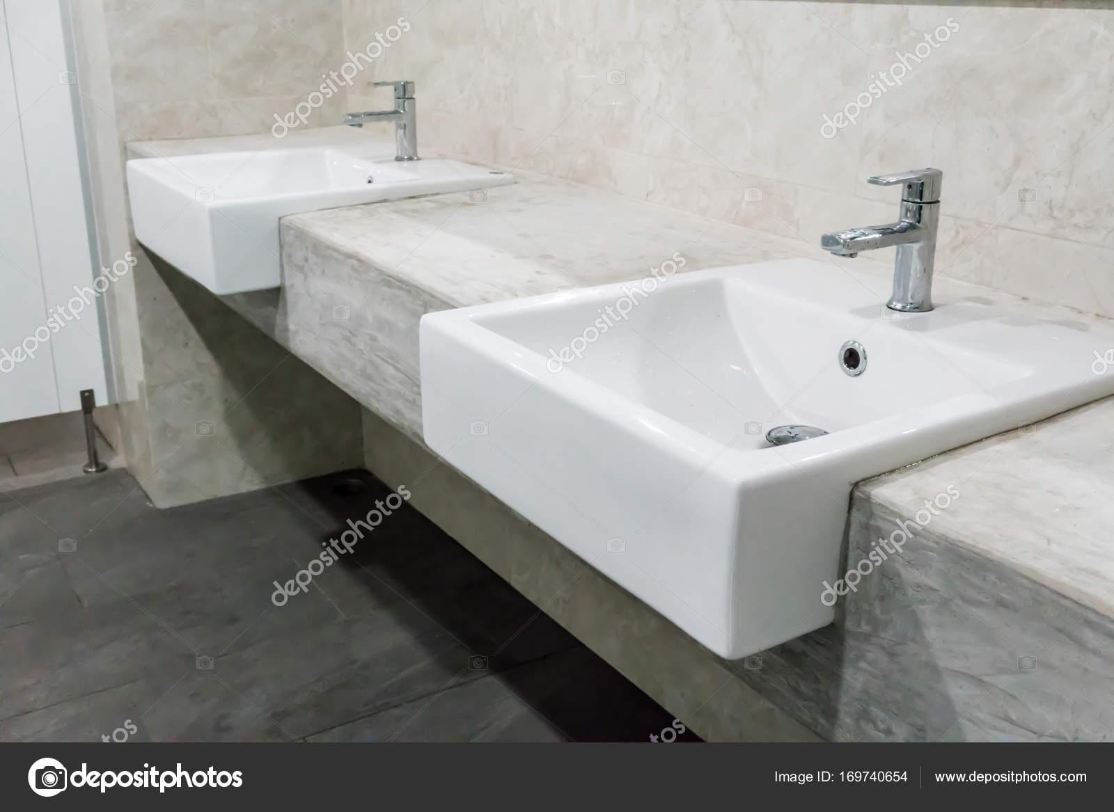 Minimal Stil Badezimmer Mit Zwei Waschbecken Und Granitplatte