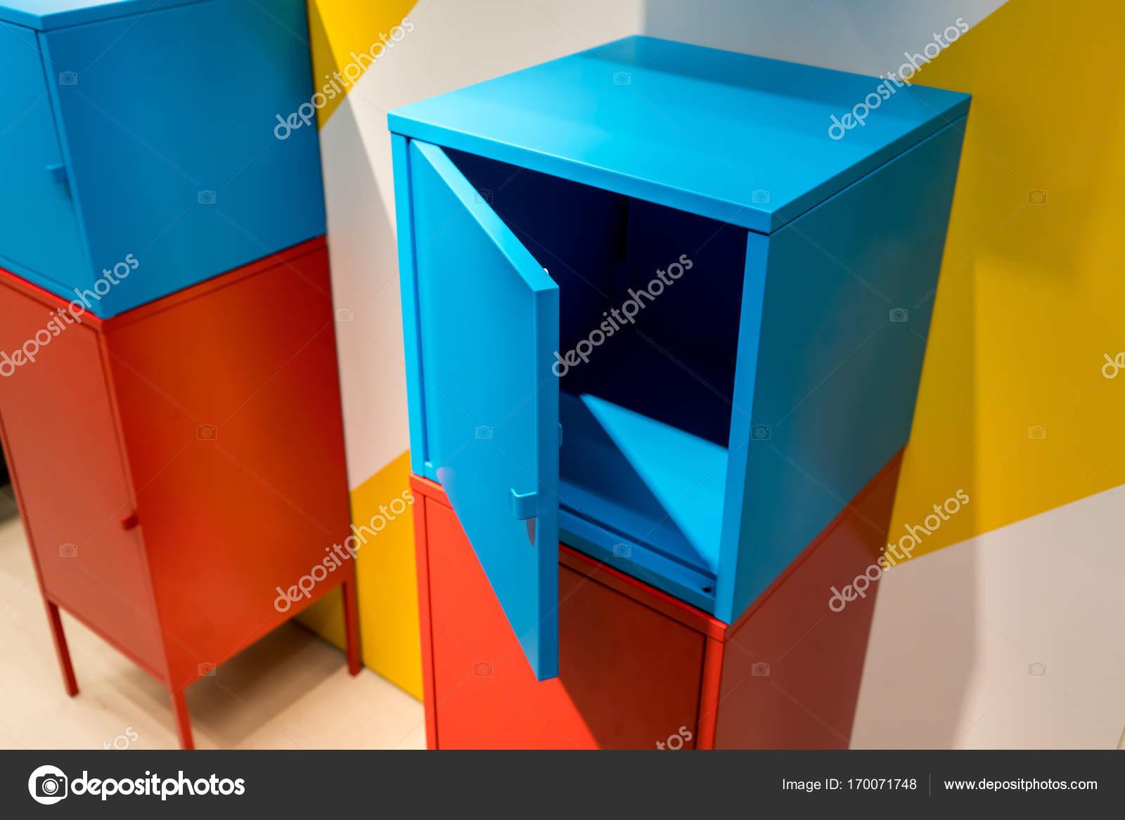 Bunte Metallschränke an Wand — Stockfoto © v74 #170071748