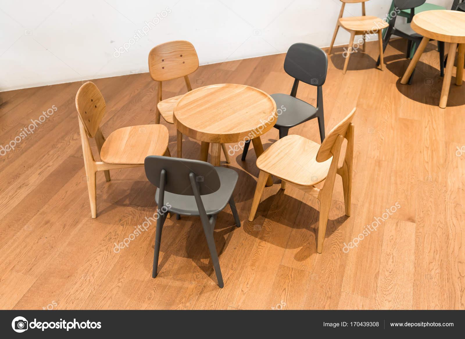 современный деревянный стол и стул на деревянном полу в углу