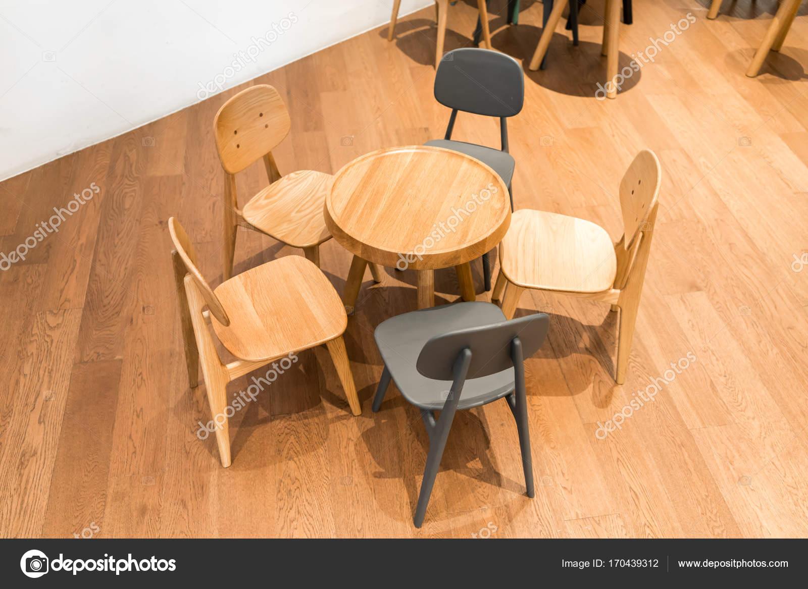 Moderne houten tafel en stoel op de houten vloer op kind hoek