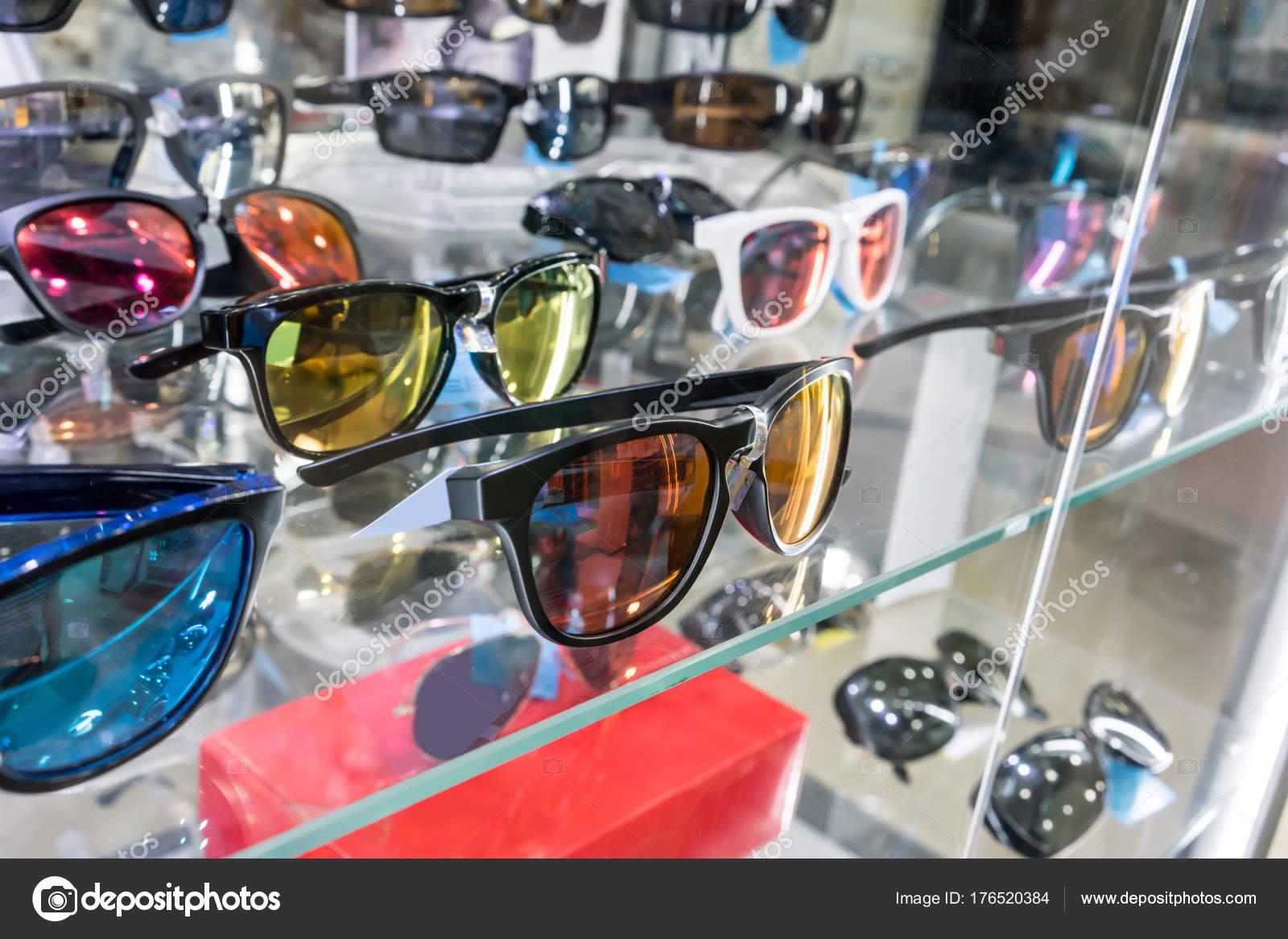5fd342820978 Различные солнцезащитные очки в магазине дисплей полки. — Стоковое ...