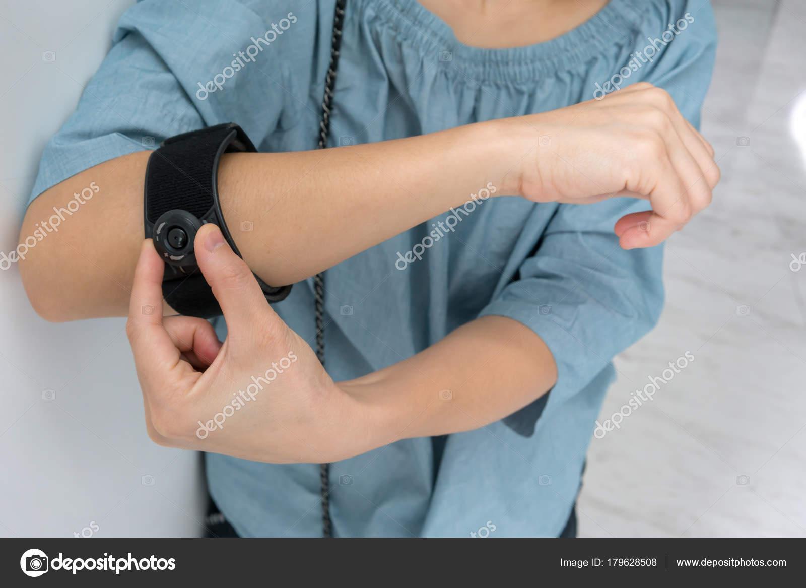 Asiatische Frau Schwarz Ellenbogen Orthese tragen zur Verringerung on