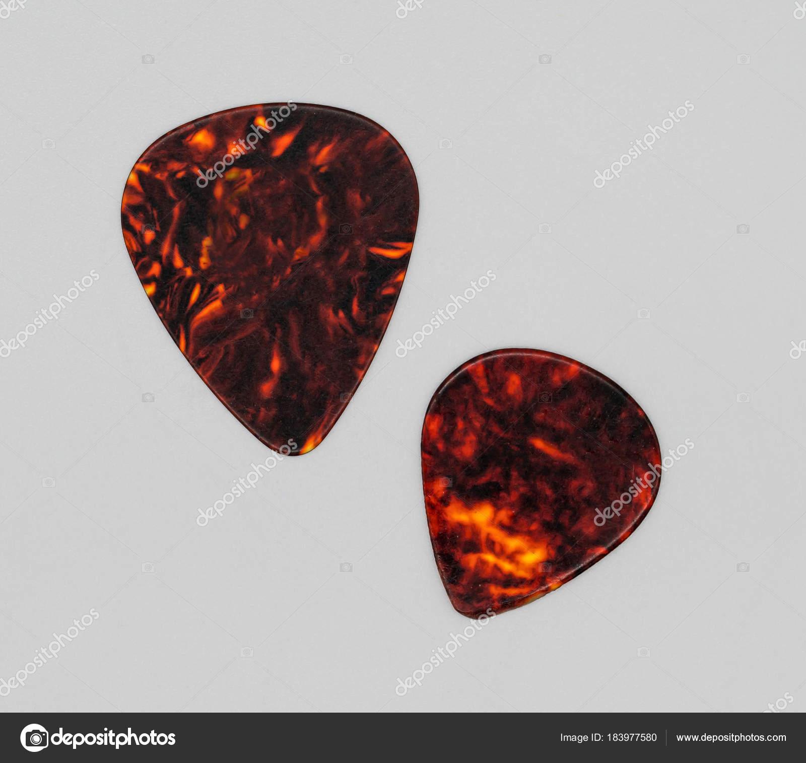 Zwei verschiedene Größen von braunen Kunststoff-Gitarren Plektrum ...