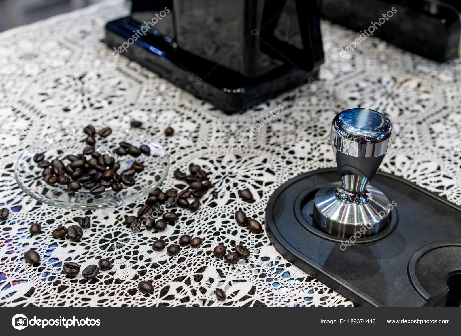Geschlossen bis Arabica-Kaffeebohnen, die verstreut im Glas ...