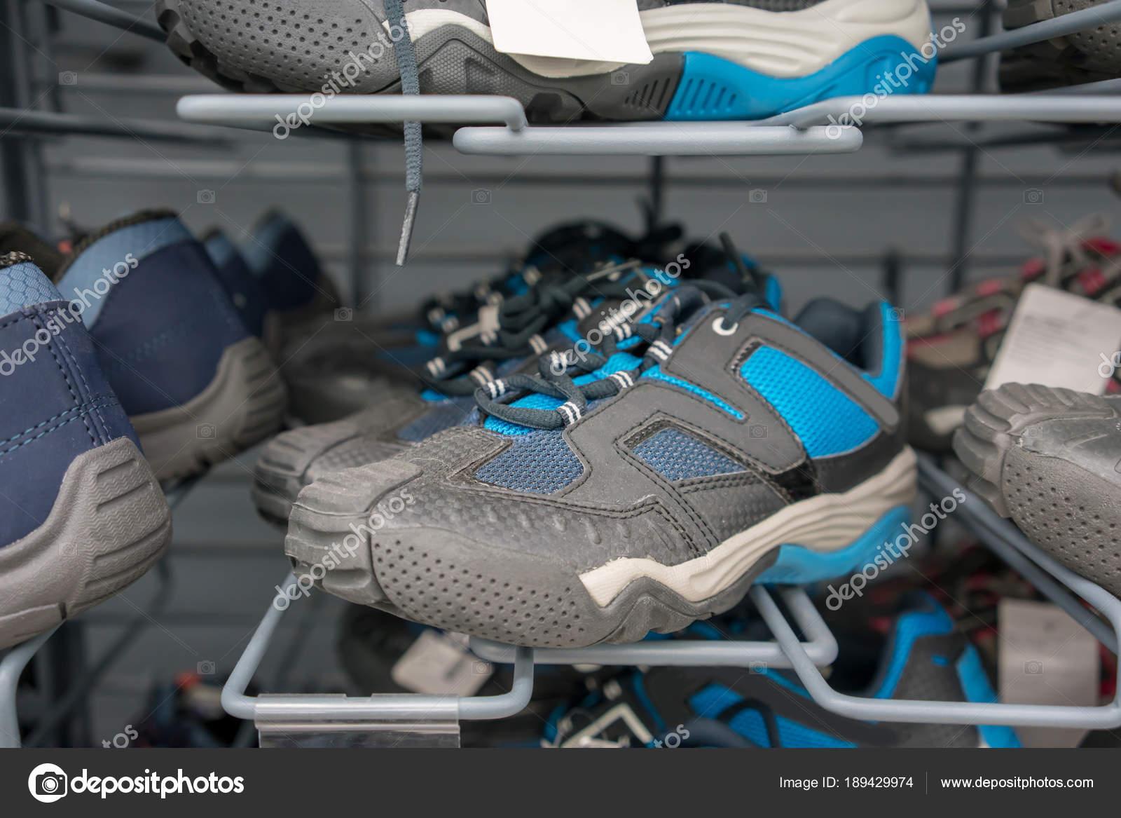 4c9a0615e0b Αθλητικά παπούτσια για μεταλλικά ράφια στο κατάστημα — Φωτογραφία ...
