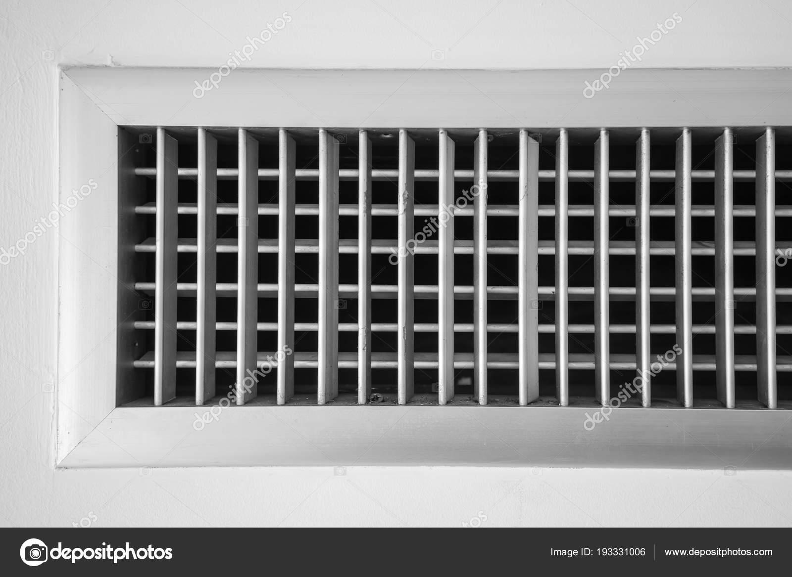 ventilador de aire, marco de listón metálico de pared blanca — Fotos ...