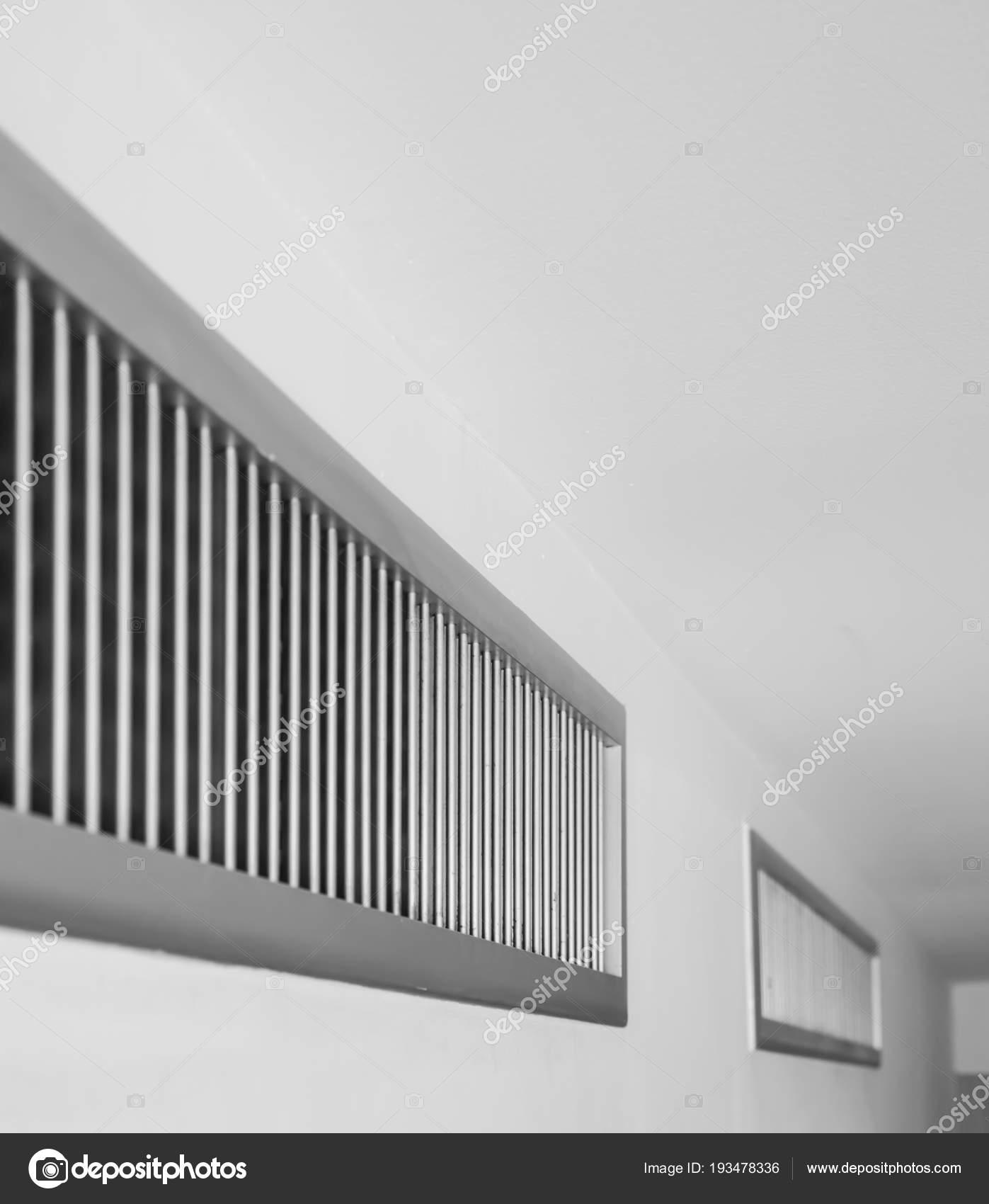 ventilador de aire, marco de listón metálico de pared blanca — Foto ...