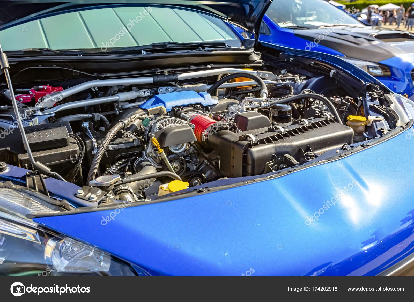 Motor unter der Haube ein modernes blaues Auto — Stockfoto ...