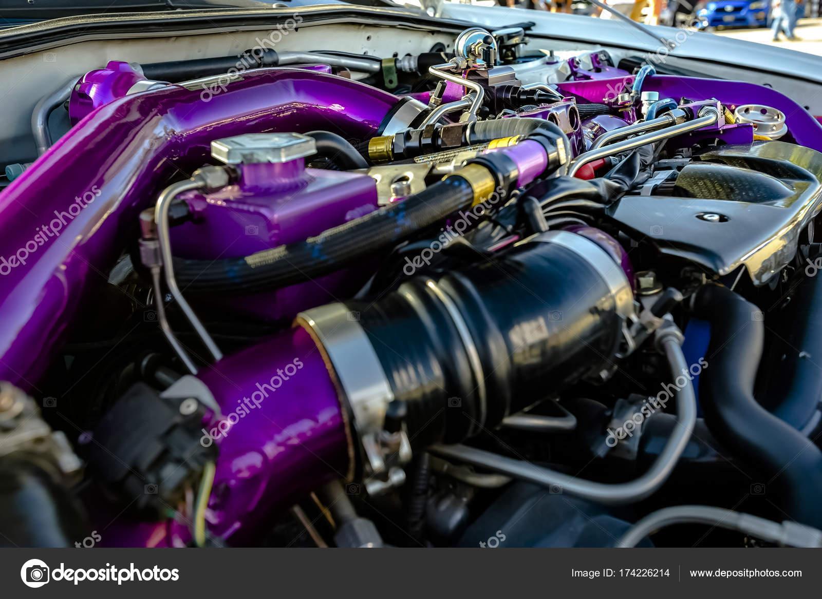 Lila Rohre in einem modernen Auto — Stockfoto © dropthepress@gmail ...
