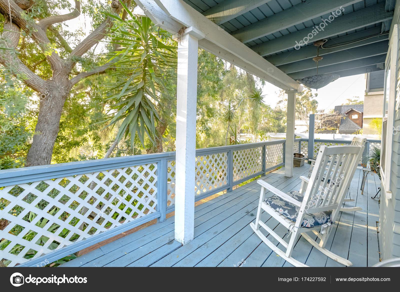 Machen Sie Eine Pause Mit Einem Weißen Schaukelstuhl Auf Der Terrasse U2014  Stockfoto
