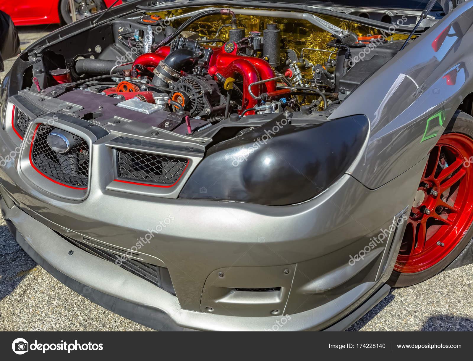 Unter der Motorhaube eines Autos auf Ausstellung mit grauen und ...