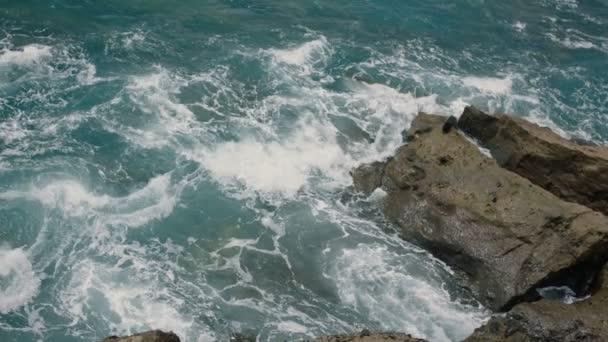 skalnaté pobřeží v oceánu