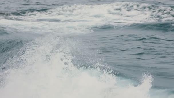 přívalové vlny v oceánu