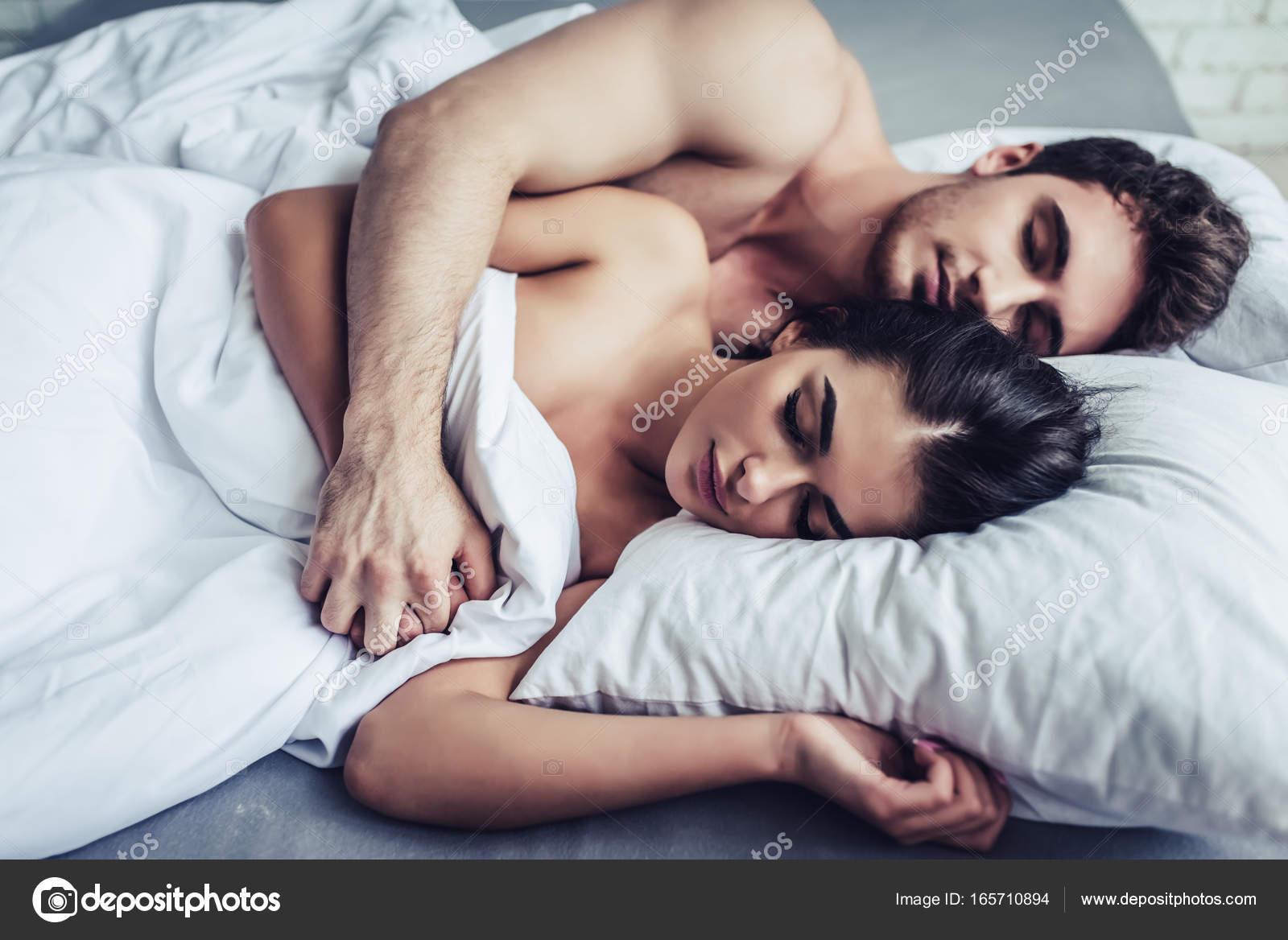 Amour Au Lit Photos amour jeune couple au lit — photographie 4pmphoto@gmail © #165710894