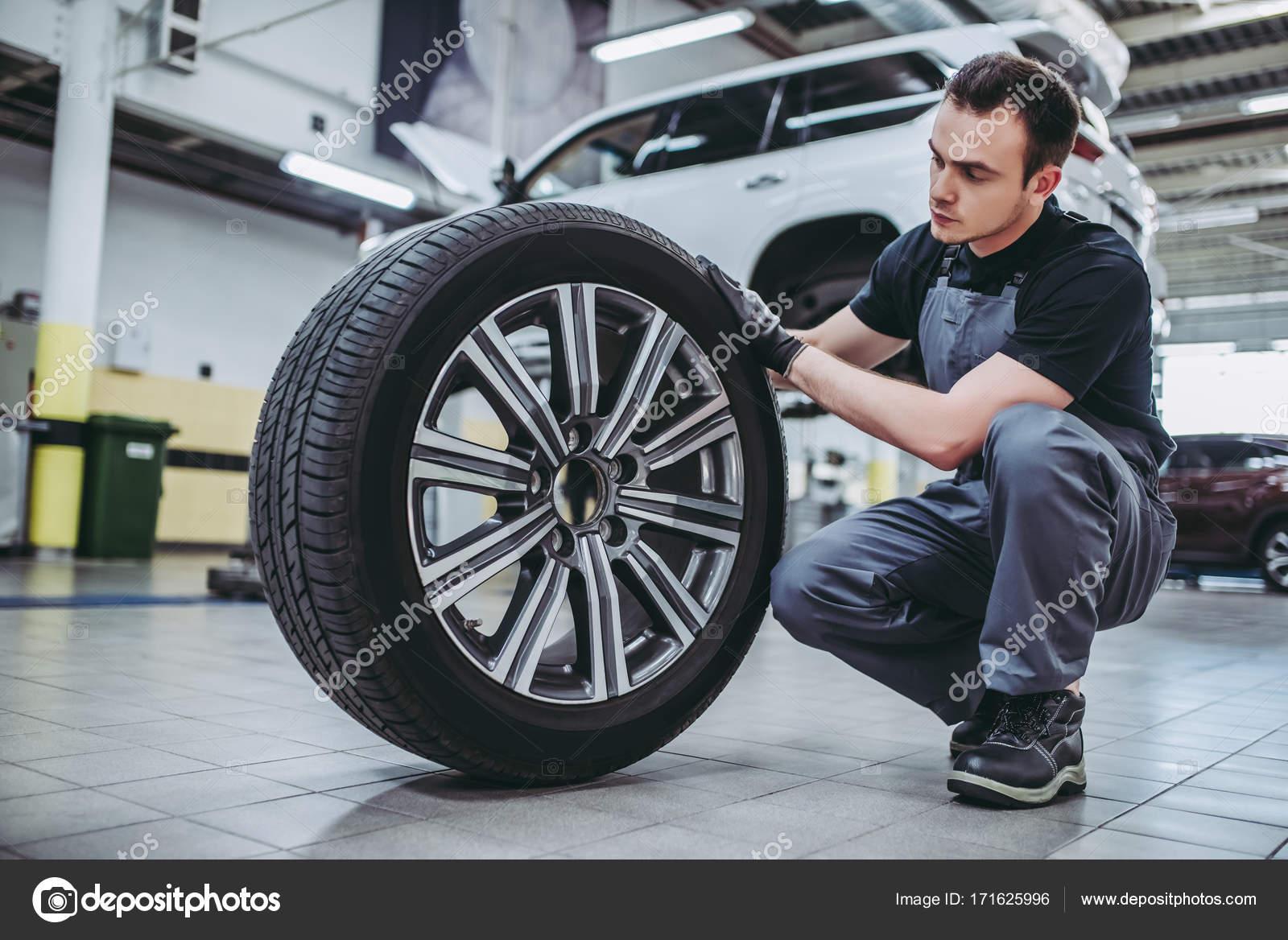 Gut aussehend Kfz-Service-Mechaniker — Stockfoto © 4pmphoto@gmail ...