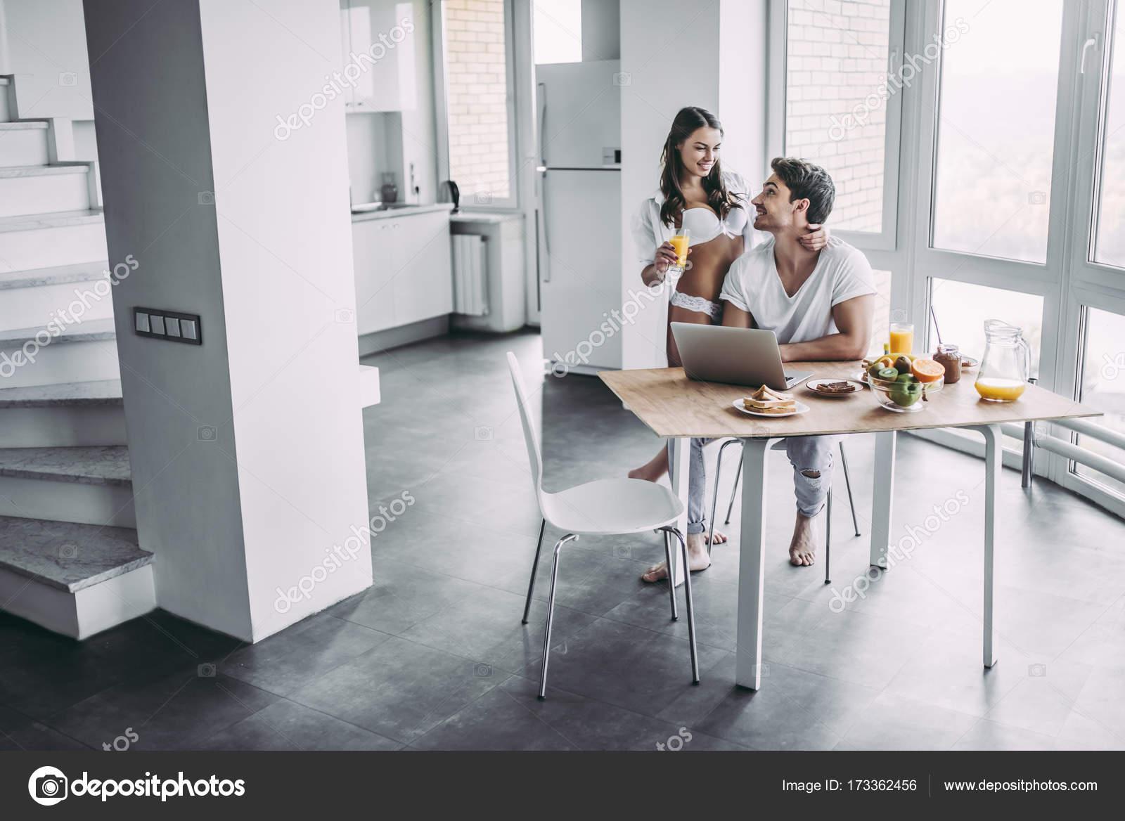 paar auf Küche — Stockfoto © 4pmphoto@gmail.com #173362456